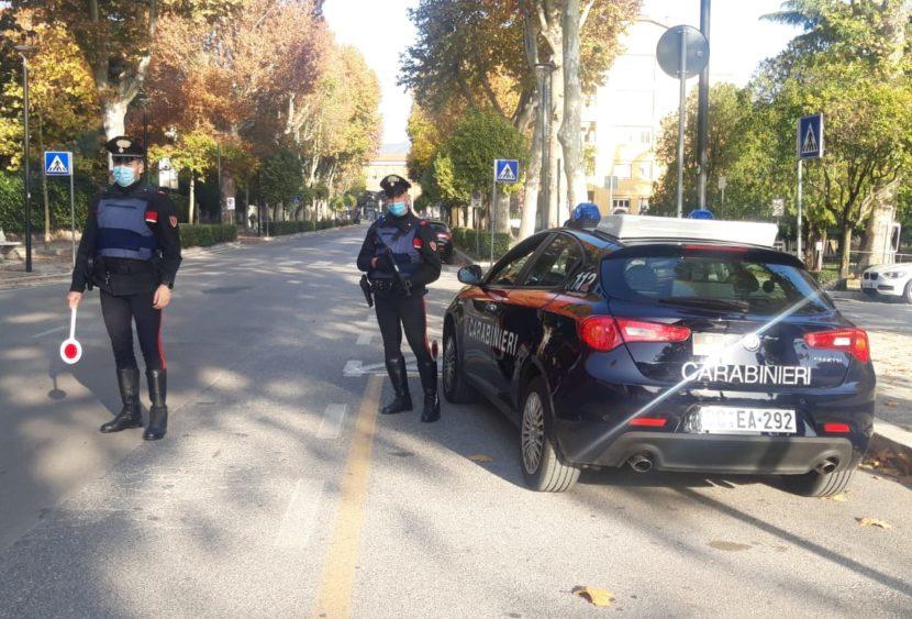 Non si ferma all'alt dei carabinieri, viene poi fermato e trovato ubriaco