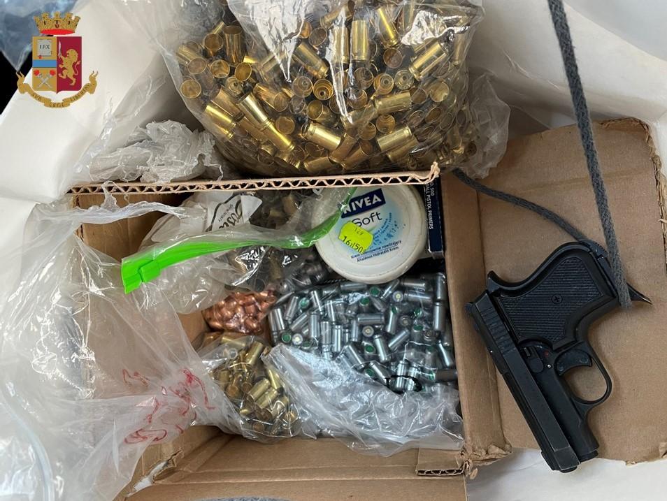 Armi da guerra e polvere da sparo: arrestati due uomini di origini straniere