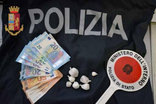 Vittoria: la Polizia sorprende e blocca spacciatore in piazza San Giovanni