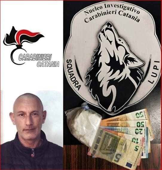 Catania, tenta di sfuggire ai carabinieri e butta dal finestrino cocaina