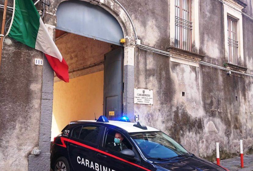 Catania, ruba le sigarette in un tabacchi e si rifugia…in carrozza