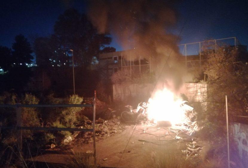 """Incendio davanti all'ex scuola """"Brancati"""" del quartiere Librino"""