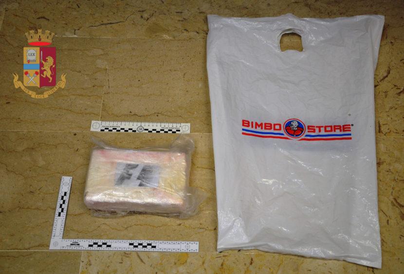 A bordo di uno scooter getta cocaina: un arresto a Trapani
