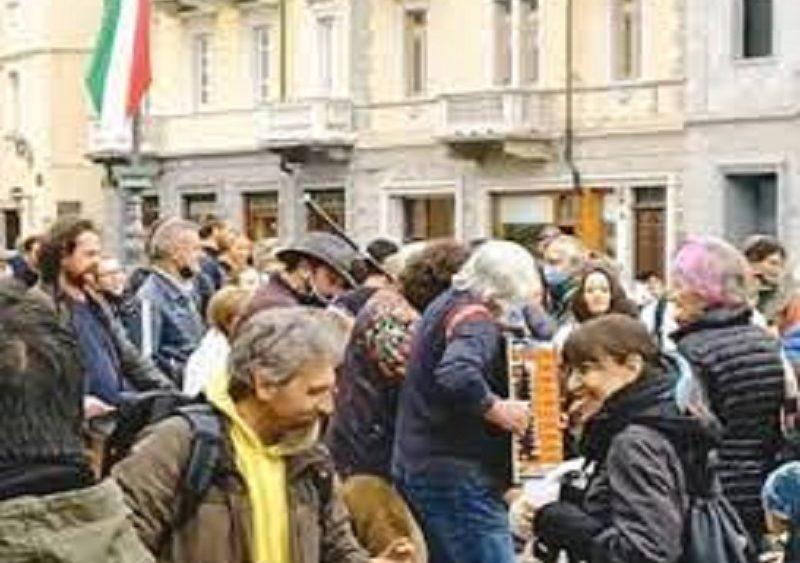 Flash mob in piazza Emile Chanoux ad Aosta: indignazione sui social