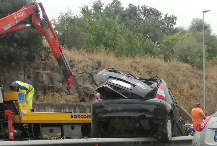 Catania, incidente sulla Tangenziale: auto cappotta, conducente in ospedale