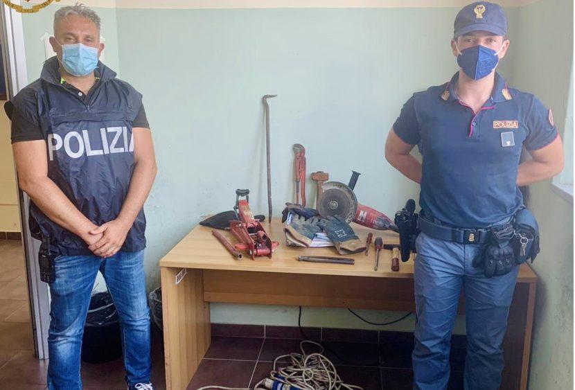 Messina: La Polizia arresta ladri sorpresi all'interno di un'isola ecologica