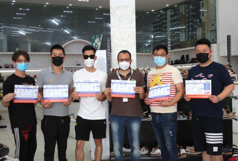 Dusty traduce il calendario settimanale in cinese per la zona commerciale di Misterbianco