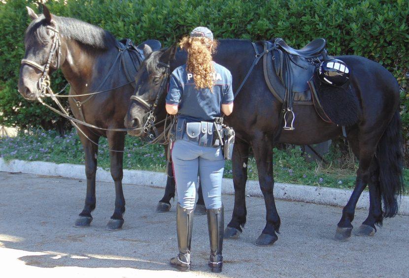 Catania, la Polizia a cavallo denuncia un ragazzo per detenzione di cocaina