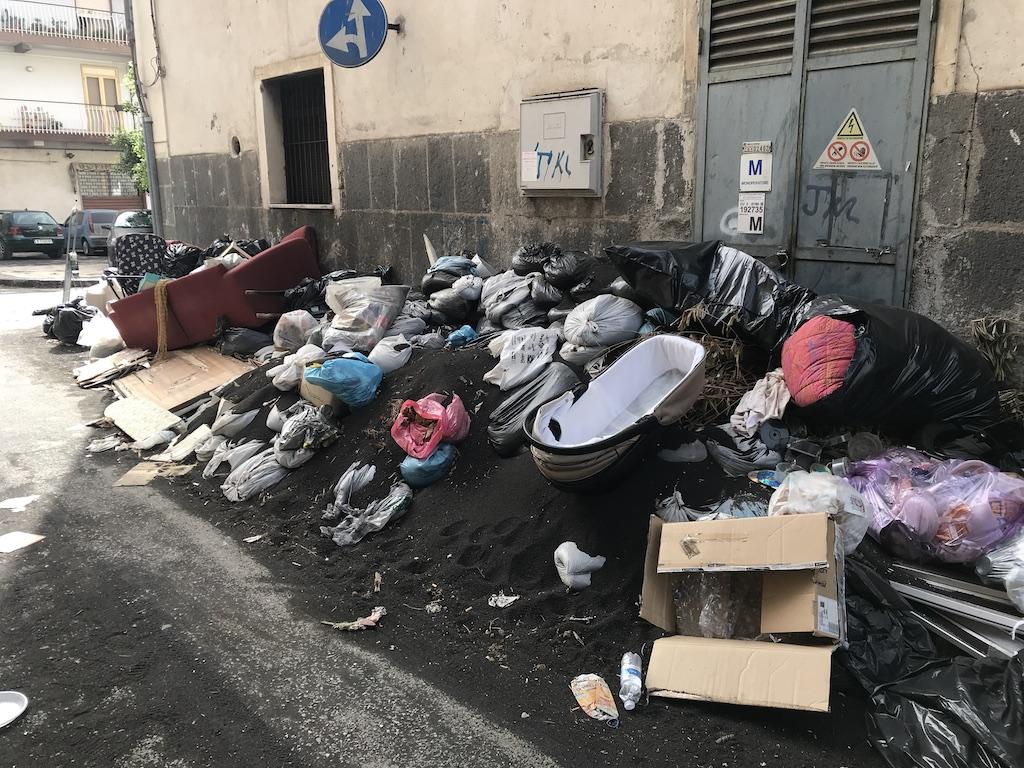 Giarre, centro storico nel degrado tra rifiuti, siringhe e cenere
