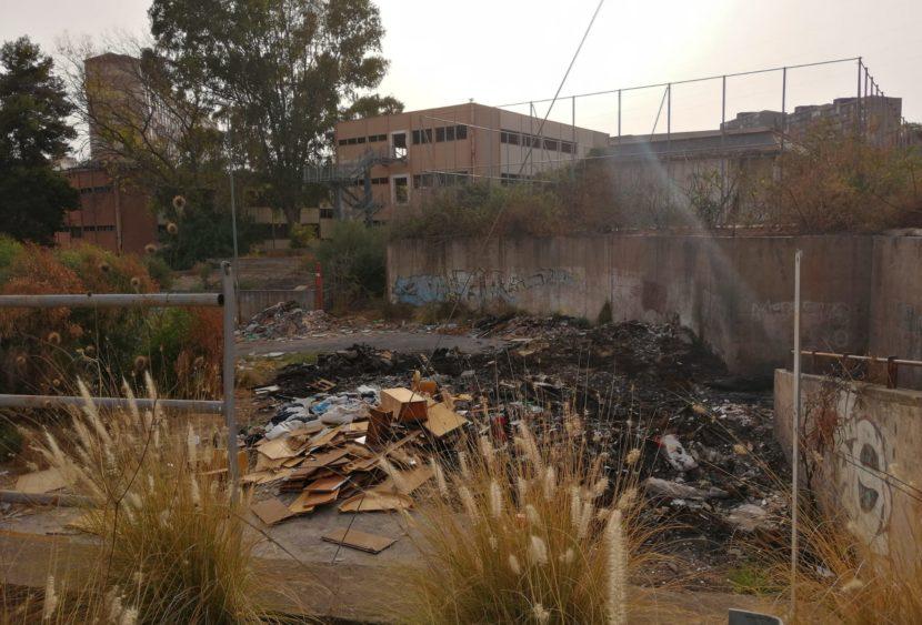 Catania, incendio davanti l'ex scuola Brancati