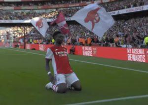 Premier League: l'Arsenal domina il derby, United beffato in extremis