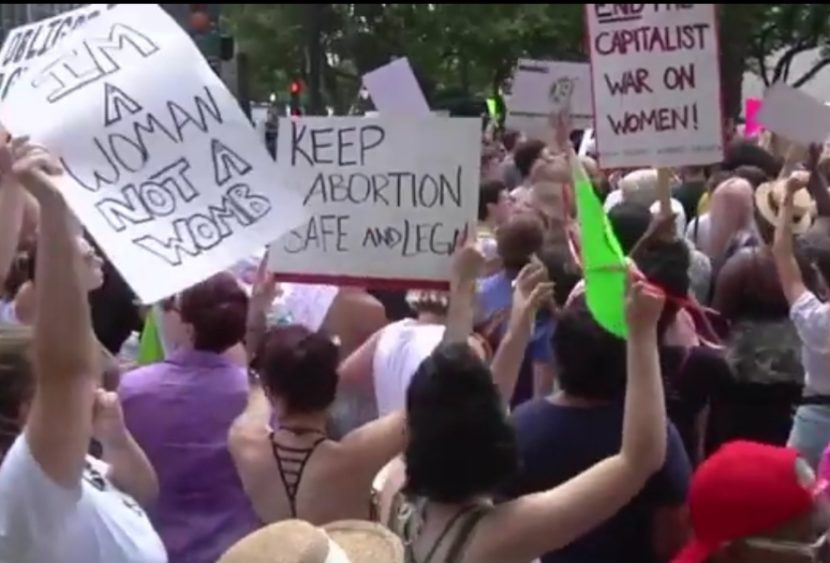 Aborto in Texas, scontro con Biden: la Corte Suprema non sospende la legge