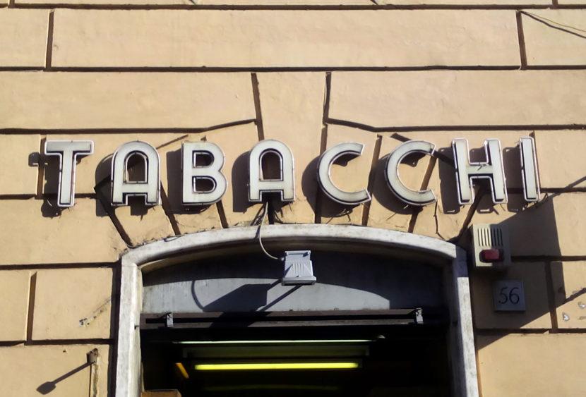 Torino: litiga col tabaccaio per una ricarica telefonica, all'arrivo della Polizia dà in escandescenze