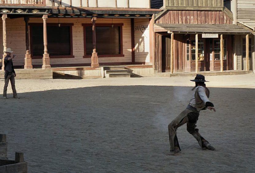 Sparatoria sul set di un film western: muore una donna, ferito il regista