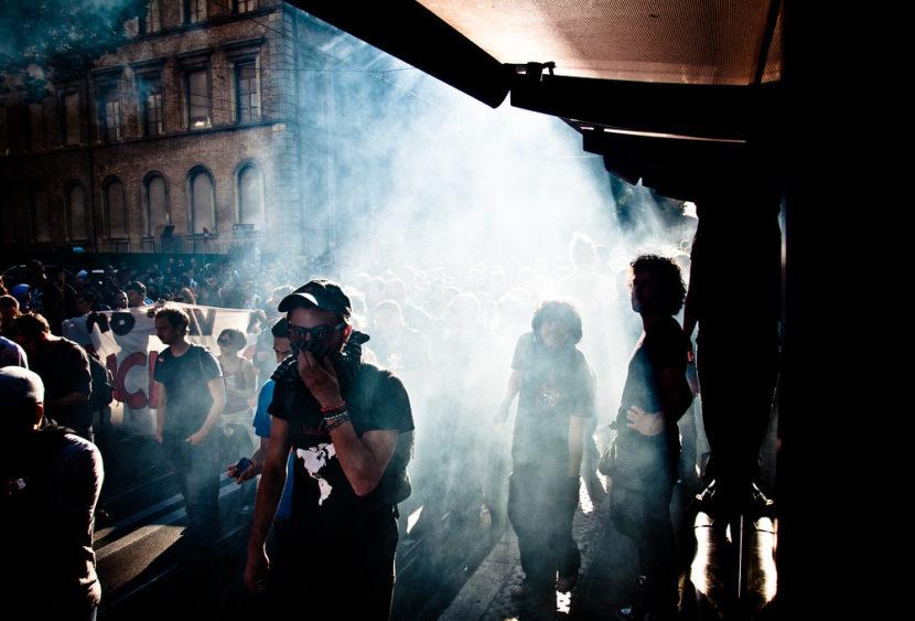 Intervento della polizia di Trieste durante una manifestazione. Utilizzati idranti e lacrimogeni contro la folla